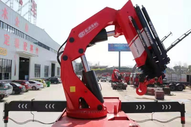 国六重汽豪沃110吨重型折臂随车吊图片二
