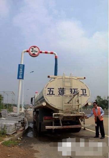 洒水车在城市环卫供水处放水进水罐