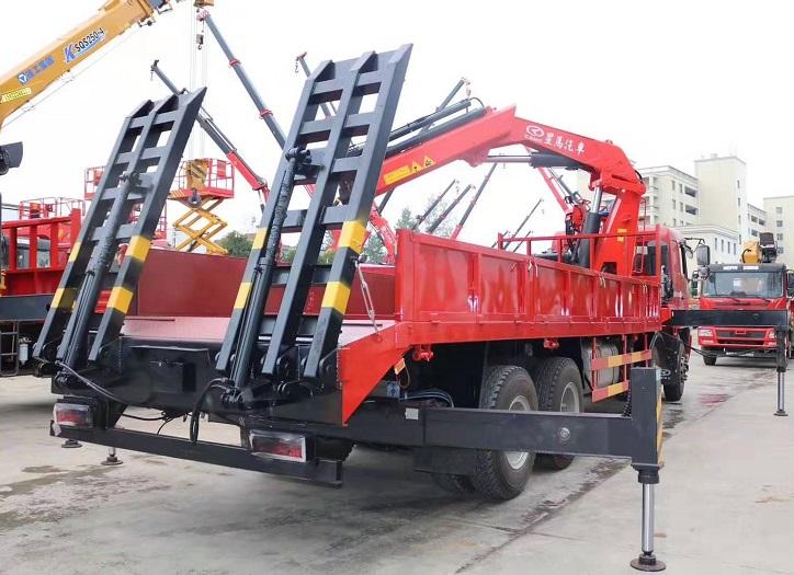 华菱星马25吨折臂前四八平板带随车吊图片三